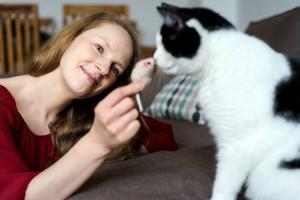 Sandra Obst als Katzensitter spielt mit Katze